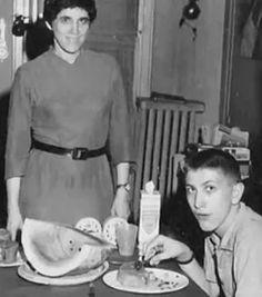 Bobby Fischer und Mutter Regina - Melonen-Essen in Manhattan - Schach im Glarean Magazin Bobby, Chess, Manhattan, Cool Photos, American, Pictures, Author, Biography, Legends