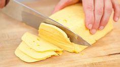 Ингредиенты для приготовления домашнего твердого сыра: Творог зернистый (не менее 9%) – 500 грамм Молоко (чем жирнее, тем лучше) – 500 мл Сливочное масло – 50 грамм Сода – пол чайной ложечки Яйца – 1 штучка Соль по вкусу Как готовится твердый домашний сыр: Возьмите кастрюльку, вылейте туда молоко. Добавьте творог и перемешайте деревянной ложкой […]