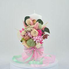 Lumanare de botez nemuritoare cu aranjament floral realizat pe o parte, alcătuit din flori de hortensie, gheme colorate si o selectie de plante stabilizate si flori uscate in cromatica alb, roz si vernil, cu panglici din saten si dantela fina, pentru o nota de eleganta aparte.  Avantajele unei lumanari cu flori nemuritoare este acela ca are proprietati decorative ce nu dispar, florile raman la fel de frumoase, nu isi pierd stralucirea culorilor si nu li se scutura petalele. Cake, Pie Cake, Cakes, Cookies, Cheeseburger Paradise Pie, Pastries, Cookie