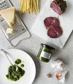 Jeder liebt Pesto. Deswegen gibt es hier passend zum Sommer ein Rezept für italienische Pasta mit frischem Baerlauchpesto.