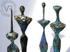 Sculptures et statuettes, idoles, dieux, femmes et hommes, en papier journal patiné façon bronze (différentes couleurs), hauteur 35 cm. Sur socles de bois. Par Vanessa Renoux. Zoom.
