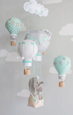 Aire caliente globo bebé móvil, elefante en un barco, aqua, gris y blanco. Un adorable elefante flotando a lo largo con un globo de aire caliente en 3D impreso barco. Este bebé móvil es simplemente adorable en aqua y en gris para una fantástica adición a un vivero de tema de viaje.