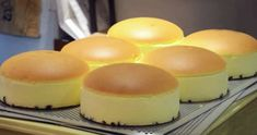 Fluffy, Jiggly Japanese Cheesecake The jiggly cheesecake has been popularized in Japan, they start with lining the pan with raisins, then there is the cheesecake then a very smooth rounded top. The key is to bake Japanese Jiggly Cheesecake Recipe, Japanese Cotton Cheesecake, Note E Anote, Dessert Chef, Decoration Patisserie, Japanese Cake, Japanese Desserts, Lemon Dessert Recipes, Baking Tins