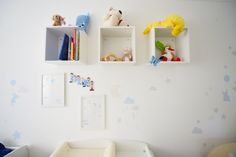 babyroom with some DIY tips from www.enjobban.com Floating Shelves, Baby Room, Creative, Tips, Projects, Home Decor, Log Projects, Blue Prints, Decoration Home