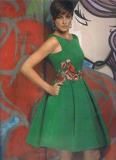 Vestido ceremonia colección Rose Cotillard de Nacho Bueno, en tejido de otomán verde con aplicaciones flores en guipur. Manga francesa