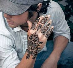 Henna Tattoo Designs - Top 40 Designs and Ideas for Henna Enthusiasts Henna tattoo pictures, drawings and many drawings! Amazing henna art you have to see! Find out why henna is more popular than tattoos! We can hear wha. Henna Hand Designs, Henna Designs For Men, Tribal Henna Designs, Henna Tattoo Designs Arm, Latest Mehndi Designs, Henna Tattoo Hand, Henna Tattoos, Henna Tattoo Bilder, Henna Tattoo For Men