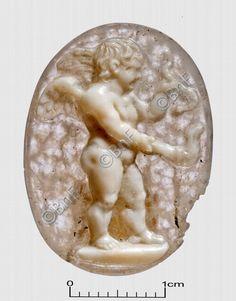 """camée, """"Amour enflammant un papillon (Psyché)"""" (camée.59bis),  BnF. Sardonyx, époque romaine"""