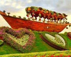The abra boat at the Dubai Miracle Garden are built with oak, pine and cedar wood. They are beautifully adorned with colorful flowers and flowering pots all over them. Different Flowers, Large Flowers, Colorful Flowers, Million Flowers, Petunia Flower, Purple Petunias, Miracle Garden, Floral Theme, Cedar Wood