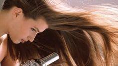 O cabelo pode ficar seco devido à pouca produção nas glândulas sebáceas do couro cabeludo. Mas, na maior parte dos casos, os tratamentos químicos são os responsáveis por danificar os fios, tornando-os quebradiços, opacos e sem vida. Conheça duas dicas para combater o cabelo seco. #dicas #beleza #creme #cabelo #seco