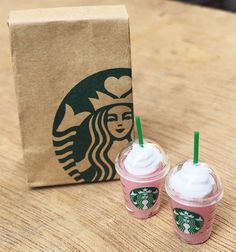 Miniature Starbucks Paper Bag and 2 pcs Ice Stawberry Milkshake Starbucks,Miniature coffee cup Starb Doll Crafts, Diy Doll, Clay Crafts, Fun Crafts, Barbie Food, Doll Food, Cute Polymer Clay, Polymer Clay Charms, Polymer Clay Miniatures