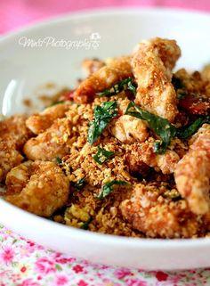 Min's Blog: 香脆麦片鸡 Crispy Nestum Chicken  香脆麦片鸡   半只去骨鸡肉, 切小块  牛油 5Tbsp 蛋黄 (过滤)4个 咖哩叶 3根 小辣椒 2个 (或用辣椒干5条取代) 麦片 适量