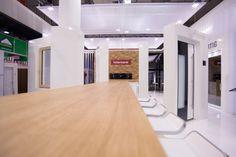 In dieser Atmosphäre können die Besucher an einem eigens dafür entworfenen Tisch entspannt Gespräche mit den Vertriebsmitarbeitern führen. Mehr Infos auf www.mmd-livedesign.de/deutsch/projekte.html