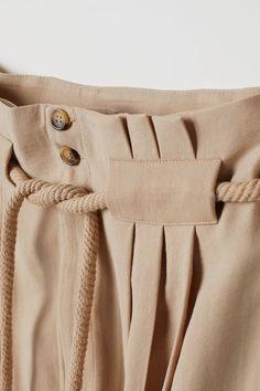 Pants with Tie Belt Hose mit Bindegürtel – Hellbeige – Damen Fashion Pants, Fashion Dresses, Fashion Details, Fashion Design, Fashion Trends, Ankle Length Pants, Ankle Pants, Pants Pattern, Jumpsuit Pattern