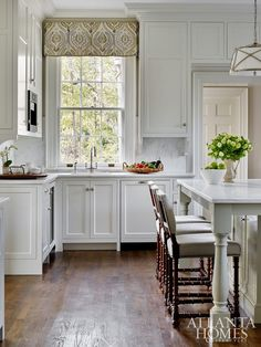 Mix and Chic: Inside a gorgeous and timelessly elegant Buckhead home! Mix and Chic: Inside a gorgeous and timelessly elegant Buckhead home! Kitchen Wet Bar, Kitchen Dining, Kitchen Decor, Kitchen Ideas, Kitchen Chairs, Kitchen Designs, Dining Room, Casas En Atlanta, White Kitchen Inspiration