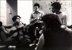 © Acervo do site de Paulinho da Viola. O violonista Raphael Rabello, aos 13 anos de idade, numa reunião musical. Brasil, 1976.