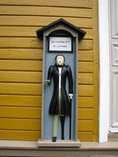 Kristiinankaupungin Sipyyn kirkon vaivaisukko, joka seisoo kellotapulin seinässä. Se on eteläistä tyyppiä ja muistuttaa huomattavasti Isojoen ja Lapväärtin ukkoja. Isojoen ukon on tehnyt isojokelainen mestari Ananias Andersson, joka lienee tehnyt myös Sipyyn ja Lapväärtin ukot. Vaivaisukon on lahjoittanut Sipyyn seurakunnalle merikapteeni Johan Appelö (Tallgren). Erään toisen tiedon mukaan tekijä on ollut Johan Appelö, ja ukko on ostettu häneltä vuonna 1849. (Markus Leppo: Vaivaisukot).