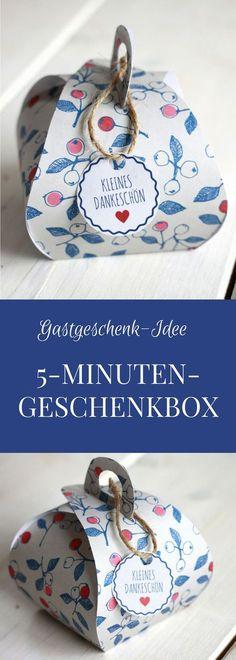 Geschenkbox basteln: Das Geschenkschachtel falten ist dank Geschenkbox Freebie denkbar einfach und in fünf Minuten erledigt. Die Faltschachtel eignet sich als Hochzeit Gastgeschenk, Gastgeschenk zur Taufe oder als Dankeschön-Geschenk. Durch die Geschenkanhänger zum Ausdrucken wird die kleine Geschenkbox zu etwas ganz Besonderem. Zum Geschenkbox falten braucht man lediglich hübsch bedrucktes Papier und eine Schere.