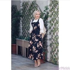 Image may contain: one or more people and people standing Hijab. The very wor Hijab Outfit, Hijab Style Dress, Hijab Chic, Abaya Fashion, Muslim Fashion, Modest Fashion, Fashion Dresses, Abaya Mode, Hijab Evening Dress