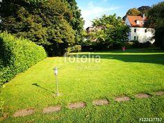 Gartenlampe auf schönem grünen Rasen mit schöner Hecke in Oerlinghausen im Teutoburger Wald in Ostwestfalen-Lippe