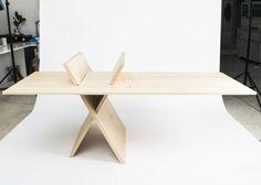 Holztisch mit frei verschiebbarer Tischplatte - #furniture #design - flexible wooden table featuring a horizontally freely adjustable plate