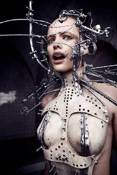 用冰冷機械包裝柔軟女體 病態美學與近未來並存的夢幻變裝舞會 | 新鮮事 | 妞新聞 niusnews
