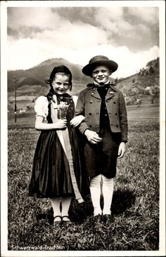 Ansichtskarte / Postkarte Mädchen und Junge in Schwarzwälder Trachten, Blumen, Hut, Kleid, Anzug