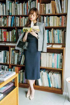 【乃木坂46】2年目OL梅澤美波が着る♡ 2019年のオフィスカジュアル大研究 結婚できる正解コーデ | withonline - 講談社公式 - (page 3) Skirt Outfits, Cute Outfits, Asian Books, Skirt Pic, Umbrella Girl, Red Umbrella, Girl Reading, Japan Girl, Book Girl