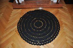 Čierny háčkovaný koberec