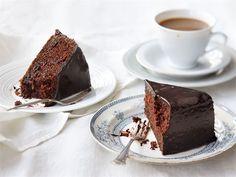 Suklaalla kuorrutettu punajuurikakku on täyteläinen ja mehevä tarjottava kahvipöytään.
