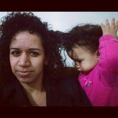 Mamãe me arruma um pouquinho do seu cabelo?  O meu esta demorando pra crescer.  www.mamaededois.com.br #boanoite #filha #coisasdemenina #cacheadas #mamaededois #mamaededoisoficial