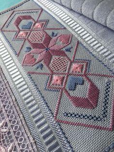 Com- Best 12 Bordado italiano – SkillOfKing.Com Best 12 Italian Embroidery – SkillOfKing. Hardanger Embroidery, Hand Embroidery Stitches, Modern Embroidery, Diy Embroidery, Embroidery Patterns, Diy Broderie, Monks Cloth, Swedish Weaving, Drawn Thread