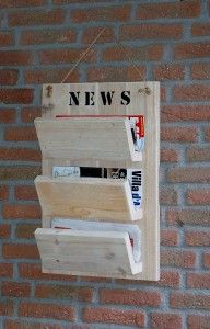 Tijdschriften annex krantenrek voor aan de muur. Gemaakt van steigerhout - by JohnnyBlue.nl Scaffolding Wood, Repurposed Wood Projects, Wooden Shelves, Rustic Bookshelf, Clever Diy, Wood Pallets, Wood Art, Wood Crafts, Woodworking Projects