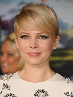 This light Blonde pixie haircut with wispy bangs on Michelle Williams flatters her round face and fair skin tone. Hairstyles For Round Faces, Pixie Hairstyles, Celebrity Hairstyles, Pixie Haircuts, Wedding Hairstyles, Blonde Pixie, Michelle Williams Hair, Celebrity Pixie Cut, Fall Hair Cuts