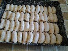 Hozzávalók 50 dkg finomliszt 20 dkg margarin 1 dl tejföl pici só 2 dkg élesztő 1 kanál cukorral kevés tejben felfuttatva Elkészítése A hozzávalókat összegyúrjuk, 1 órát pihentetjük a hűtőben. Majd nagy köröket szaggatunk, megtöltjük (lekvár, dió, mák, ki mit szeret), összegöngyöljük kifli alakúra, és forró sütőben megsütjük. Ha megsült, porcukorba beleforgatjuk.