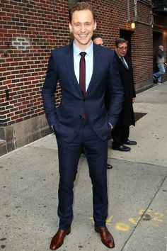Tom Hiddleston Is Your New Office Style Hero A not-flashy navy blue suit and a light blue shirt are Tom Hiddleston Interview, Tom Hiddleston Gentleman, Loki Fan Art, Fallout 3, Loki Laufeyson, Chris Hemsworth, Video Photoshop, Navy Blue Suit, Navy Suits