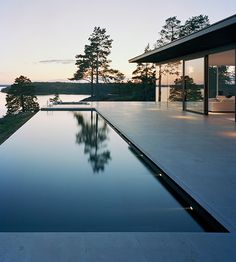 Villa Överby by John Robert Nilsson Sublime swimming pool Infinity Pools, Infinity Edge Pool, Houses Architecture, Architecture Design, Beautiful Architecture, Exterior Design, Interior And Exterior, Door Design, Moderne Pools