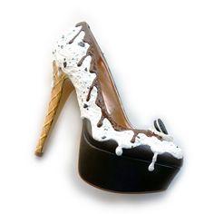 """Oh mein Gott! Diese Schuhe müssen Pin Up Girls gesehen haben – egal ob sie ein Fable für High Heels haben oder nicht! Die Rede ist von den unglaublichen Kunstwerken von Shoe Bakery. Diese köstlichen Kreationen sehen zwar zum Anbeißen aus, doch es sind ganz gewöhnliche"""" Schuhe mit Kunstsahnehaube."""