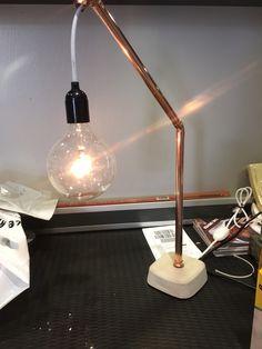 Kopparlampa med betongfot
