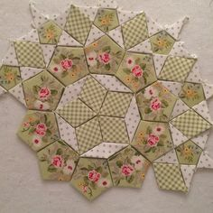 English Paper Piecing - hexagons, diamonds and applique come together in a beautiful project! Quilting Tutorials, Quilting Projects, Quilting Designs, Quilting Ideas, Patchwork Quilting, Jaybird Quilts, Amish Quilts, Crazy Quilting, Craft Ideas