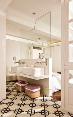 Small or Studio Apartment? Make it appear larger by replacing part of the wall… Studio Apartments, Small Apartments, Small Spaces, Bad Inspiration, Bathroom Inspiration, Bathroom Ideas, White Porcelain Tile, Mini Loft, Open Bathroom