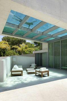 Si trova a Marbella, lungo la costa mediterranea della Spagna, la JellyFish House, una lussuosa villa dotata di piscina sul tetto il cui fondo trasparente permette a chi è in cucina e in altri ambienti di guardare chi nuota alzando gli occhi al soffitto o semplicemente di godere dei raggi sol