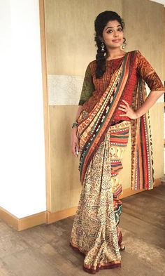 Absolutely stunning and incredible kalamkari blouse styles.Pair up these blouses with your cotton and silk sarees and stay stylish. Blouse Back Neck Designs, Cotton Saree Blouse Designs, Simple Blouse Designs, Blouse Patterns, Saree Styles, Blouse Styles, Long Blouse, Sari Blouse, Saree Dress