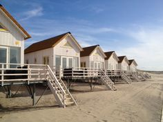 Schlafstrandhäuschen in Zeeland – VVV Zeeland - Strandhaus Bungalow, Little Gardens, I Love The Beach, Home And Deco, Beach Cottages, Little Houses, Palaces, Architecture, Belle Photo