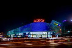 Hanjie Wanda Square Plaza – Wuhan  Hanjie Wanda Square Plaza est un Centre commercial situé à Wuhan (Chine). Spécialisé dans la vente de produits de luxe celui-ci abrite la plupart des enseignes internationales. Imaginé par le Cabinet UN Studio et LDI Architecture, la conception lumière est signée par Zheng Jianwei (en collaboration avec AG Licht) cet espace de plus de 23 000 m² met en ayant la technologie Led sur tout le site autant dans l'atrium que sur la façade extérieure.