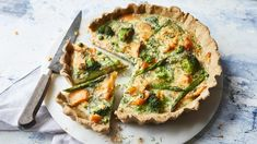 Tom Kerridge's salmon and broccoli quiche from Lose Weight, Get Fit is a filling lunch for when you're trying to lose weight. verlieren verlieren motivation verlieren schnell weight weight food weight in a week Salmon Quiche, Veggie Quiche, Broccoli Quiche, Broccoli Pasta Bake, Broccoli Recipes, Roasted Summer Vegetables, Tom Kerridge, Salmon And Broccoli, Quiche Recipes