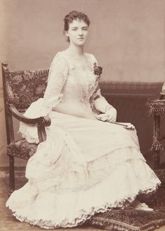L'ancienne cour - antique-royals: Queen Amelia of Portugal Royal Queen, King Queen, Portuguese Royal Family, Images Of Princess, Queen Victoria Family, Victorian Photos, Victorian Dresses, Royal Blood, Black And White Portraits