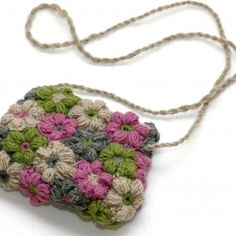 Bolso hecho con flor puff de crochet,  muy bonita.