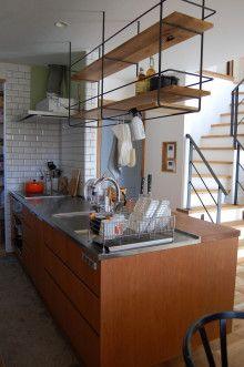 ほぼWeb内覧会?アイアンの吊棚の仕様&オーダーキッチンがほぼ完成 家具職人の(ヨメの)北欧シンプルなマイホームへの道 Kitchen Shelves, Diy Kitchen, Kitchen Dining, Kitchen Bar Design, Japanese Kitchen, Concrete Kitchen, Handmade Kitchens, Modern Bedroom Design, Kitchen Furniture