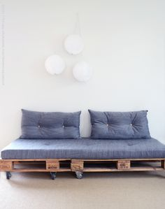"Lisää ""tee se itse""- teemalla.  Sofa made with pallets. Pour Cheneau.Just use old pallets, sew a nice fabric around an old matress, find some pillows and you're done!"