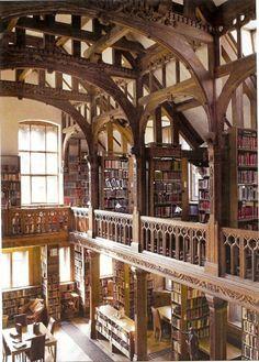 En la biblioteca de Gladstone en Gales, puede quedarse en las instalaciones por $ 75 / noche para leer sus libros o trabajar en tus propios proyectos.